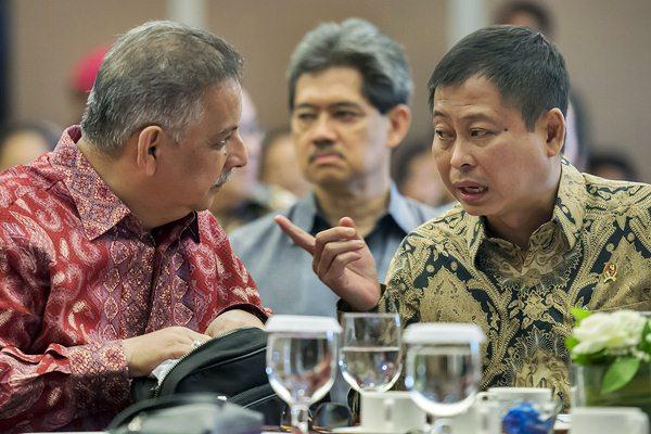 Menteri ESDM Ignasius Jonan (kanan) berbincang dengan Dirut PLN Sofyan Basir saat menghadiri seminar di Jakarta, Rabu (29/3). - Antara/Widodo S. Jusuf