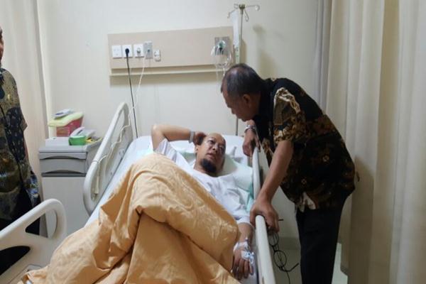 Ketua KPK Agus Rahardjo menjenguk Novel Baswedan di RS Mitra Keluarga Kelapa Gading, Selasa (11/4/2017). - Istimewa