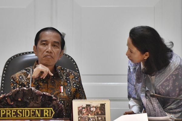 Presiden Joko Widodo (kiri) berbincang dengan Menteri BUMN Rini Soemarno sebelum memimpin Rapat Terbatas Evaluasi Pelaksanaan Proyek Strategis Nasional dan Program Prioritas Provinsi Sulawesi Tenggara di Kantor Presiden, Jakarta, Senin (10/4). - Antara/Puspa Perwitasari