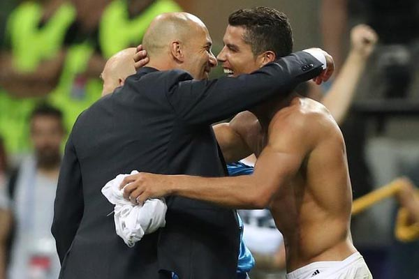 Pelatih Zinedine Zidane dan pemain bintang Cristiano Ronaldo saat Real Madrid juara Liga Champions Eropa 2015-2016 - Reuters