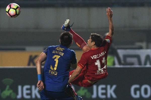 Gelandang Arema FC Esteban Vizcarra (kanan) bertarung dengan bek Persib Bandung Vladimir Vujovic dalam laga pembuka Gojek Traveloka Liga 1. Pertandingan berakhir 0-0. - Antara/Sigid Kurniawan