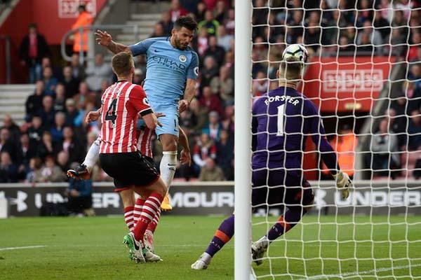 Striker Manchester City Sergio Aguero (tengah) menjebol gawang Southampton. City menang 3-0. - Reuters