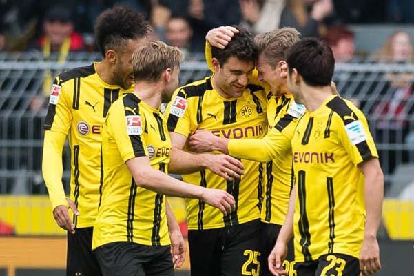 Para pemain Borussia Dortmund merayakan gol yang dicetak Sokratis Papastathopoulos (tengah, 25) ke gawang Eintracht Frankfurt - Twitter BVB