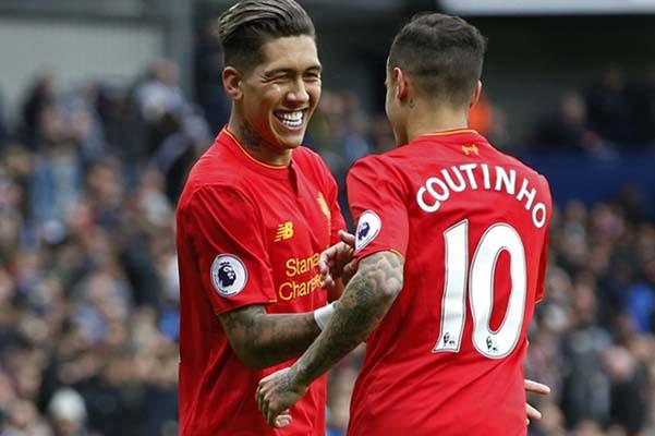Penyerang Liverpool Roberto Firmino (kiri) merayakan golnya ke gawang West Brom bersama Philippe Coutinho - Reuters/Andrew Yates