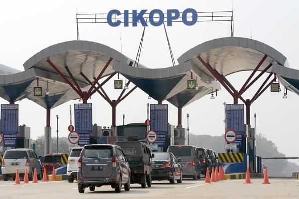 Sejumlah kendaraan antre memasuki gerbang tol Cikopo-Palimanan (Cipali) di Subang, Jawa Barat, Selasa (16/6).  - Antara