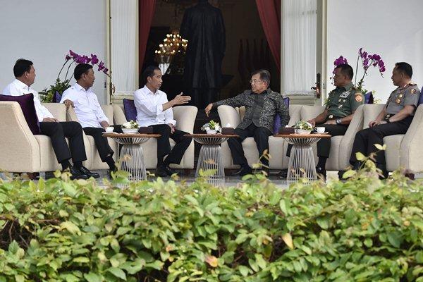 Presiden Joko Widodo (ketiga kiri) didampingi Wakil Presiden Jusuf Kalla (ketiga kanan), berbincang bersama Menkopolhukam Wiranto (kedua kiri), Kepala Badan Intelijen Negara Jenderal Pol Budi Gunawan (kiri), Panglima TNI Jenderal TNI Gatot Nurmantyo (kedua kanan) dan Kapolri Jenderal Pol Tito Karnavian (kanan), di beranda Istana Merdeka, Jakarta, Senin (17/4). - Antara/Puspa Perwitasari