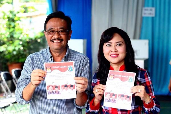 Djarot Saiful Hidayat (kiri) bersama istri Happy Farida menggunakan hak pilihnya dalam Pilkada DKI Jakarta putaran kedua, di Tempat Pemungutan Suara (TPS) 08, Kelurahan Kuningan Timur, Jakarta, Rabu (19/4). - JIBI/Dwi Prasetya