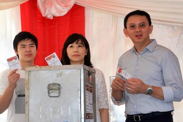 Basuki Tjahaja Purnama atau Ahok (kanan) beserta keluarga saat melakukan pemungutan suara Pilkada DKI Jakarta putaran kedua di TPS 56, Pantai Mutiara Blok Z, Pluit, Jakarta, Rabu (19/4). - JIBI/Dedi Gunawan