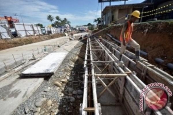 Pekerja menyelesaikan proyek underpass atau jalan bawah tanah di simpang lima Bandara Internasional Sultan Hasanuddin yang berada di perbatasan Kota Makassar-Kabupaten Maros, Makassar, Sulawesi Selatan, Kamis (3/3/2017) - Antara/Dewi Fajriani