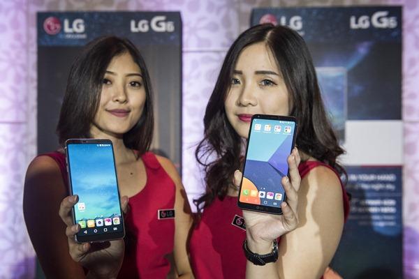 Model menunjukkan smartphone LG G6 saat peluncuran perdananya di Jakarta, Kamis (20/4). - Antara/M Agung Rajasa