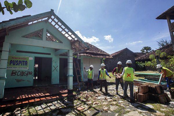 Petugas membongkar bangunan di area yang akan digunakan untuk Bandara Internasional Kulonprogo di Temon, Kulonprogo, DI Yogyakarta, Kamis (13/4). - Antara/Andreas Fitri Atmoko