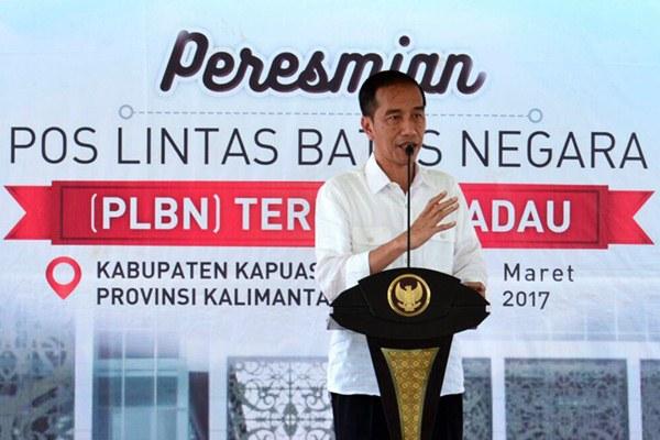 Presiden Joko Widodo menyampaikan sambutannya saat peresmian Pos Lintas Batas Negara (PLBN) Terpadu Badau, di Kabupaten Kapuas Hulu, Kalimantan Barat, Kamis (16/3). - Antara/Setpres