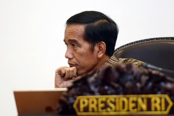 Presiden Joko Widodo bersiap memimpin rapat terbatas evaluasi peraturan tentang lahan gambut di Kantor Presiden, Jakarta, Rabu (26/4). - Antara/Rosa Panggabean
