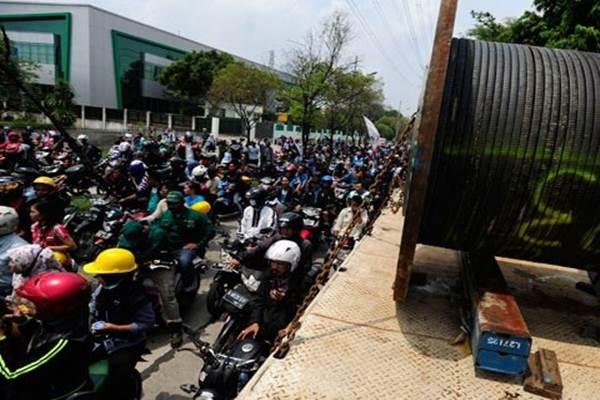 Ratusan buruh melakukan aksi mogok di Kawasan Industri Pulogadung, Jakarta, Selasa (24/11).  - Antara