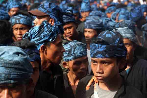 Ratusan warga Baduy Luar berjalan kaki menuju Kantor Bupati Lebak mengikuti upacara Seba Baduy di Rangkasbitung, Lebak, Banten, Jumat (28/4). - Antara/Weli Ayu Rejeki