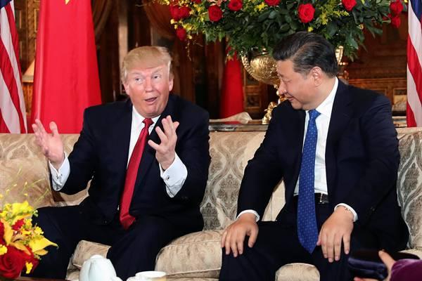 Ilustrasi: Presiden AS Donald Trump berbincang dengan Presiden China Xi Jinping di Mar-a-Lago, Palm Beach, Florida, AS, 6 April 2017. - .Reuters/Carlos Barria TPX
