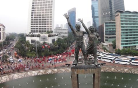Buruh melakukan long march menuju Istana Merdeka saat May Day, di Bundaran Hotel Indonesia, Jakarta, Jumat (1/5/2015). - Antara/Andika Wahyu