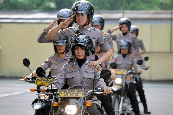 Polisi Wanita (Polwan) melakukan devile menggunakan sepeda motor saat peresmian polwan patroli wisata di Mapolres Blitar, Jawa Timur, Jumat (24/3). - Antara/Irfan Anshori