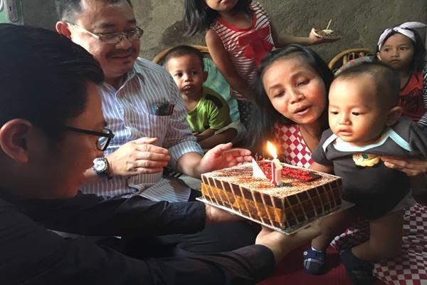 - PT Transportasi Jakarta (Transjakarta) memberikan bingkisan kepada Basuki Putra Jaya, putra dari Sigit Hendriyanto dan Siti Mariama yang berulang tahun pada tanggal 1 Mei. - Transjakarta