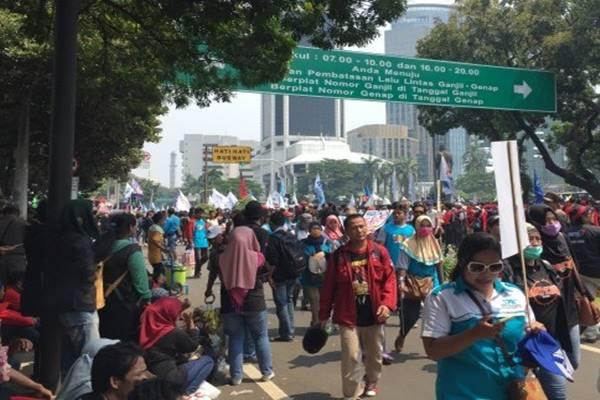 Para buruh yang tergabung dalam sejumlah aliansi berkumpul melakukan unjuk rasa di bundaran patung kuda hingga jalan Medan Merdeka Selatan, Jakarta Pusat, untuk memperingati Hari Buruh Internasional atau May Day, Senin (1/5/2017). - Antara