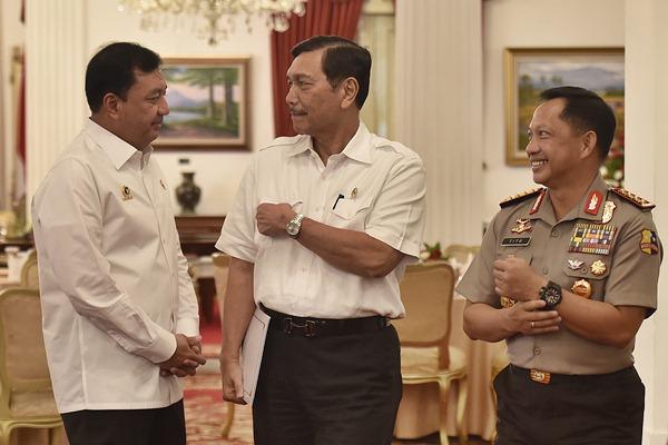 Kapolri Jenderal Pol Tito Karnavian (kanan) bersama Menko bidang Kemaritiman Luhut Panjaitan (tengah) dan Kepala BIN Jenderal Pol Budi Gunawan berbincang sebelum Sidang Kabinet Paripurna terkait pagu indikatif RAPBN 2018 di Istana Negara, Jakarta, Selasa (4/4). - Antara/Puspa Perwitasari