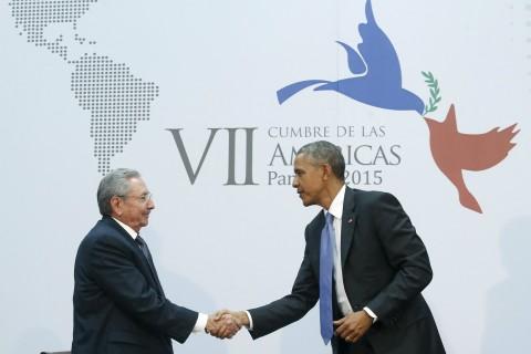 Presiden Kuba Raul Castro saat bertemu Presiden AS Barack Obama - Reuters