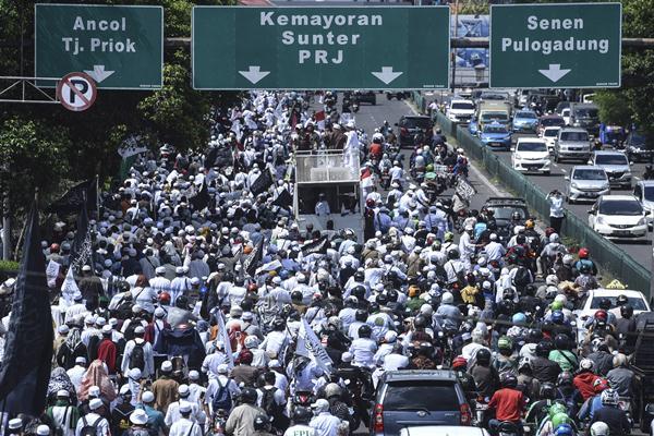 Massa yang tergabung dalam Gerakan Nasional Pengawal Fatwa MUI (GNPF MUI) melakukan aksi
