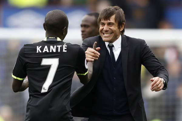 Pemain Chelsea N'Golo Kante (kiri) bersama pelatih Antonio Conte - Reuters/Carl Recine