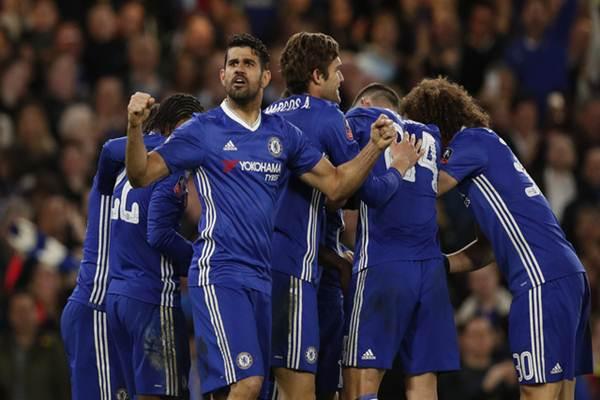 Pemain Chelsea merayakan kemenangan 1-0atas Manchester United di semifinal Piala FA, Senin (13/3/2017) dan lolos ke final - Reuters