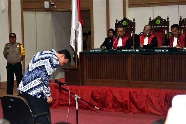 Basuki Tjahaja Purnama atau Ahok (kiri) menjalani sidang pembacaan putusan, di Auditorium Kementerian Pertanian, Jakarta, Selasa (9/5). - Reuters/Bay Ismoyo