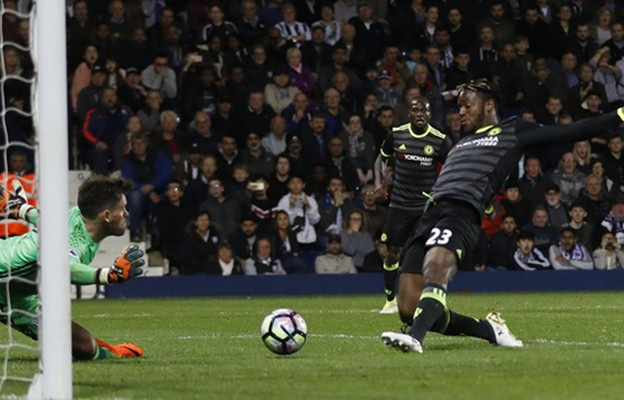 Proses terjadinya gol striker Chelsea Mitchy Batshuayi ke gawang WBA. - Reuters