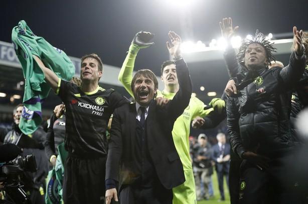 Pelatih Chelsea Antonio Conte melakukan selebrasi usai membawa the Blues Juara Liga Inggris musim 2016/2017 - Reuters