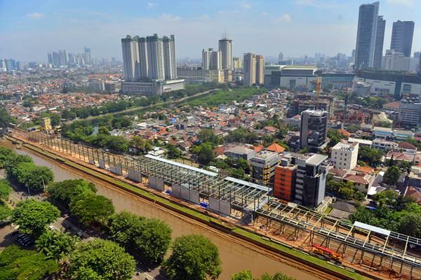 Proyek pembangunan stasiun Sudirman Baru untuk kereta tujuan bandara, di Jakarta, Senin (10/4). - Antara/Prasetyo Utomo