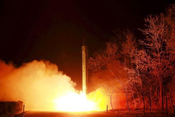 Ilustrasi--Peluncuran rudal balistik Korea Utara di lokasi yang tidak diketahui dalam foto tidak bertanggal yang dirilis Kantor Berita Korea Utara (KCNA) di Pyongyang, Jumat (11/3/16). - Reuters