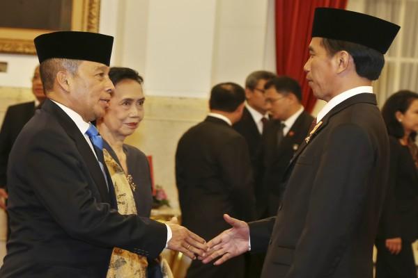 Agus Widjojo (kiri) seusai dilantik Presiden Joko Widodo sebagai Gubernur Lembaga Pertahanan Nasional (Lemhanas) - Bisnis/Antara