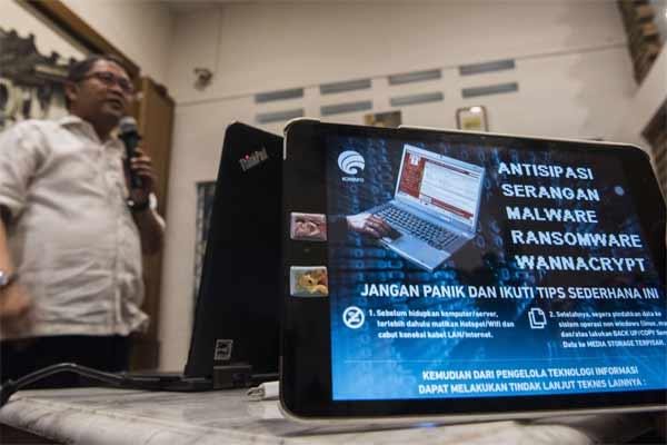 Menteri Komunikasi dan Informatika Rudiantara menyampaikan keterangan pers terkait upaya penanganan serangan dan antisipasi Malware Ransomware WannaCry, di Jakarta, Minggu (14/5). - Antara/M Agung Rajasa