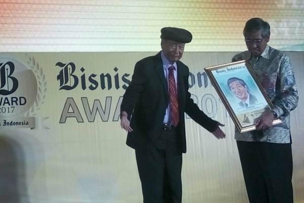 Ciputra bersama Wamenkeu Mardiasmo dalam ajang Bisnis Indonesia Award 2017 yang dihelat malam ini, Senin (15/5 - 2017) di Hotel Raffles, Jakarta.