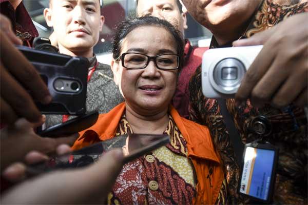 Anggota DPR dari fraksi Hanura Miryam S Haryani (tengah) berjalan keluar ruangan usai diperiksa di gedung KPK, Jakarta, Jumat (12/5). - Antara/Hafidz Mubarak A