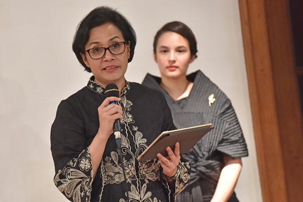 Menteri Keuangan Sri Mulyani (kiri) disaksikan aktris Chelsea Islan membacakan surat Kartini ketika tampil pada Panggung Para Perempuan Kartini di Museum Bank Indonesia, Jakarta, Selasa (11/4) malam. - Antara/Wahyu Putro A