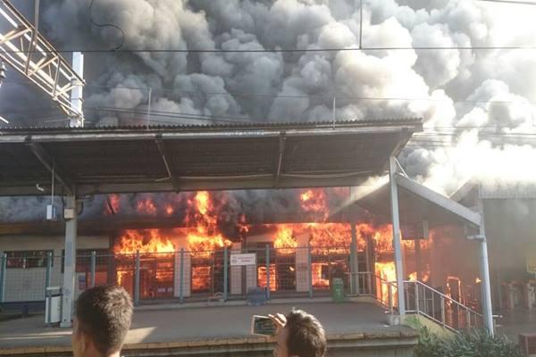 Stasiun KRL Commuter Line di Klender Jakarta Timur terbakar, Jumat (19/5/2017). - Istimewa