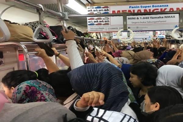 Penumpang di gerbong khusus wanita KRL Commuter Jabodetabek - Antara