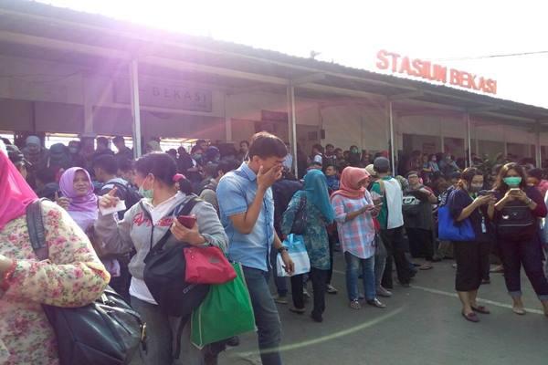 Penumpang menumpuk di Stasiun KRL Bekasi Jawa Barat karena Stasiun Klender terbakar, Jumat (19/5/2017). - Istimewa