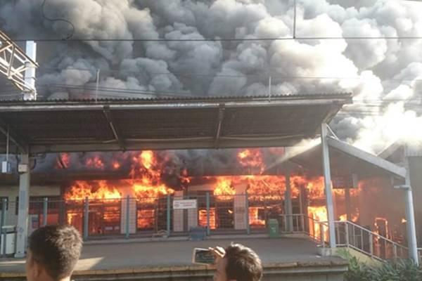 Api saat masih menyala di Stasiun Klender, Kamis (19/5/2017). - @TMCPoldaMetro/@fachry @beritakebakaran