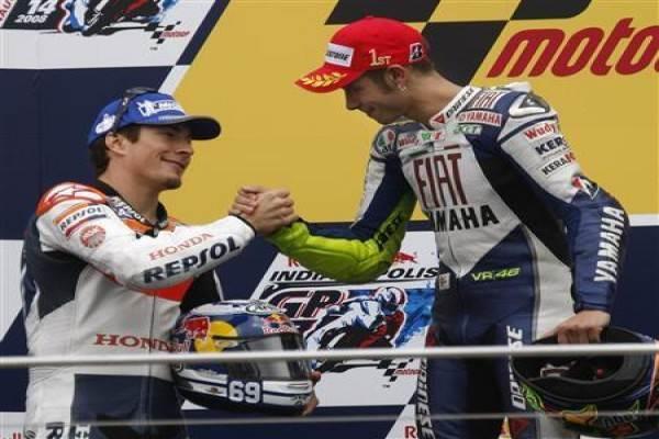 Nicky Hayden (kiri) menjabat tangan Valentino Rossi (kanan) usai Indianapolis Grand Prix di Indianapolis Motor Speedway (14/9/2008). - Reuters