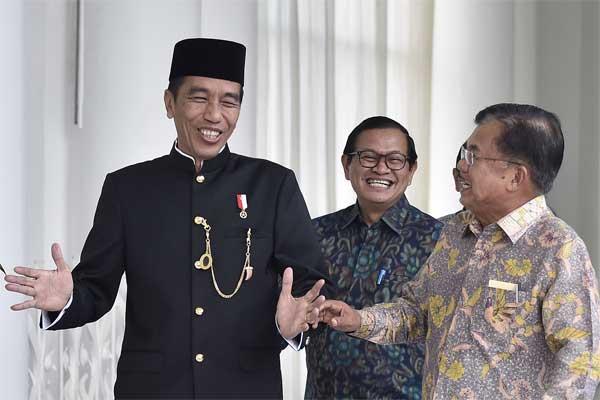 Presiden Joko Widodo (kiri) bersama Wakil Presiden Jusuf Kalla (kanan) dan Seskab Pramono Anung tertawa lepas saat menuju ruang Teratai untuk memimpin rapat terbatas tindak lanjut KTT One Belt One Road di Istana Bogor, Jawa Barat, Senin (22/5). - Antara/Puspa Perwitasari