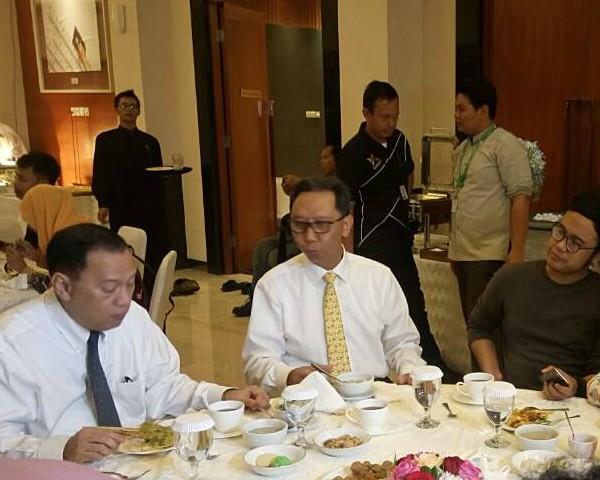 Gubernur Bank Indonesia Agus D.W. Martowardojo menjamu wartawan media dalam acara buka puasa bersama di Kantor Pusat Bank Indonesia, Senin (29/5 - 2017).  Di tengah jamuan, Gubernur BI menuturkan sejumlah hal di antaranya peningkatan koordinasi dengan pemerintah dalam menjaga inflasi.