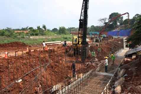 Ilustrasi: Pembangunan tanggul Kali Pesanggrahan, Jakarta Selalatan - JIBI