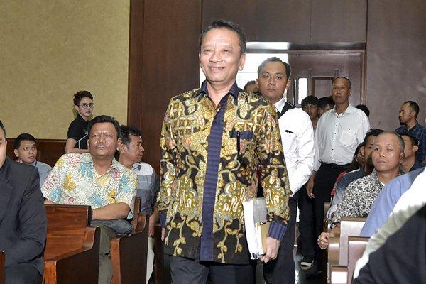 Direktur Jenderal Pajak Kementerian Keuangan Ken Dwijugiasteadi (tengah) - Antara/Rosa Panggabean