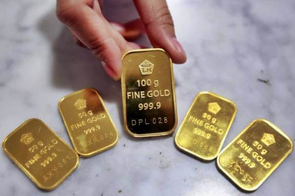 Karyawan memerlihatkan logam mulia di Bank Syariah BNI, Jakarta, Senin (8/5). - JIBI/Abdullah Azzam