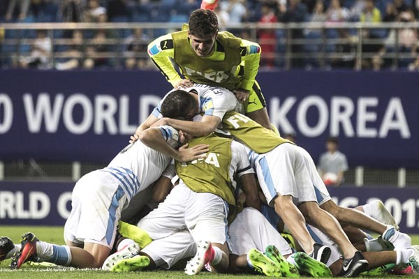 Timnas Uruguay U-20 merayakan kemenangan atas Portugal U-20 - FIFA.com